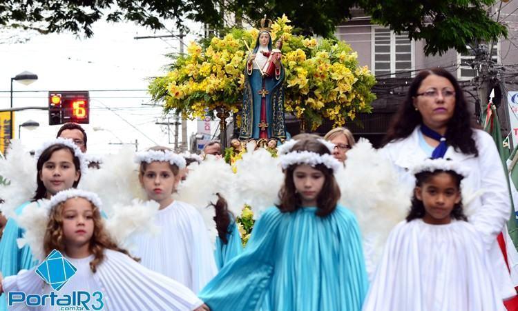Crianças acompanham a procissão de Nossa Senhora do Bom Sucesso. (Foto: Luis Claudio Antunes/PortalR3)