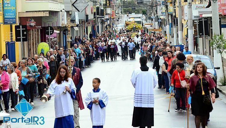 Procissão aconteceu pelas ruas centrais de Pindamonhangaba. (Foto: Luis Claudio Antunes/PortalR3)