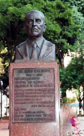 Busto feito pelo escultor Luiz Morrone em 1981, para homenagear José Augusto César Salgado, que ocupou a cadeira de n° 24 da Academia Paulista de Letras, até seu falecimento em 1979. (Foto: http://www.monumentos.art.br)