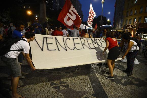 Manifestantes de movimentos sociais protestam contra o presidente interino Michel Temer, na Cinelândia. (Foto:  Fernando Frazão/Agência Brasil)