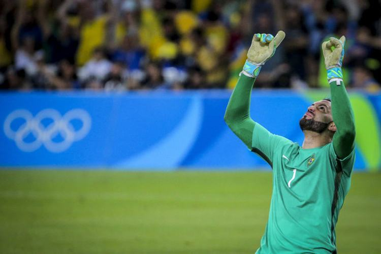 Weverton agradecendo. Goleiro brasileiro pegou um pênalti dos alemães. (Foto: Ministério do Esporte)