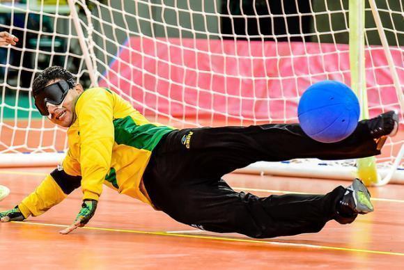 Atleta paralímpico treina para disputar o goalball. (Foto: Divulgação/CPB)