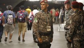 Militares em atuação durante a cerimônia de abertura dos Jogos Olímpicos Rio 2016 no Estádio do Maracanã. (Foto: Fernando Frazão/Agência Brasil)