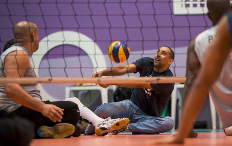 Bicampeão Olímpico, Serginho dividiu a quadra com com a seleção brasileira de voleibol sentado por alguns minutos (Foto: Marcio Rodrigues/MPIX/CPB)