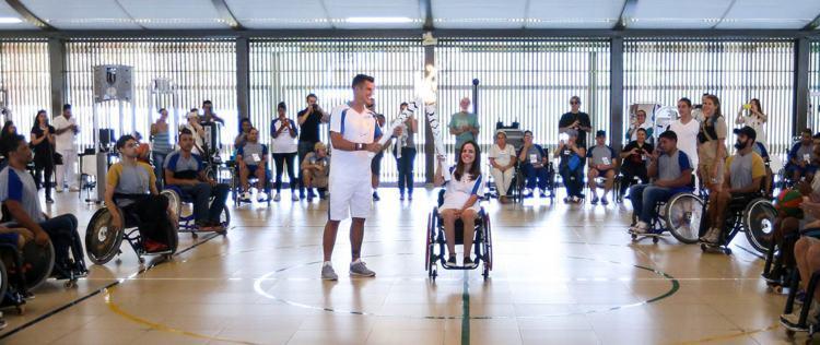 A tocha paralímpica passa pelo Hospital Sarah Kubitscheck.  ( Marcelo Camargo/Agência Brasil)