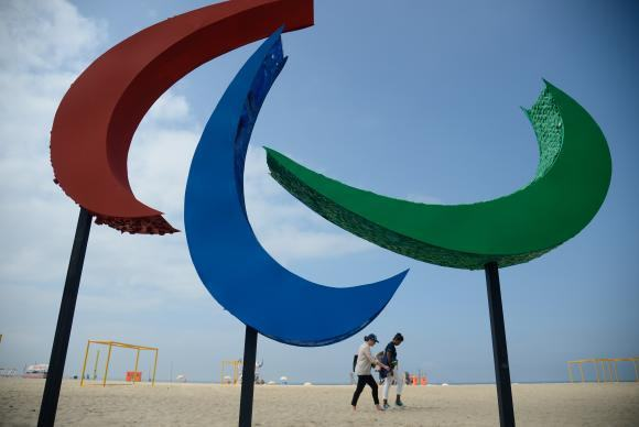 Escultura dos Agitos, símbolo dos Jogos Paralímpicos, foi inaugurada na Praia de Copacabana. Envolvendo um ponto central, os Agitos são um símbolo da integração dos atletas, vindos de todos os pontos do planeta. (Foto: Tânia Rêgo/Agência Brasil)