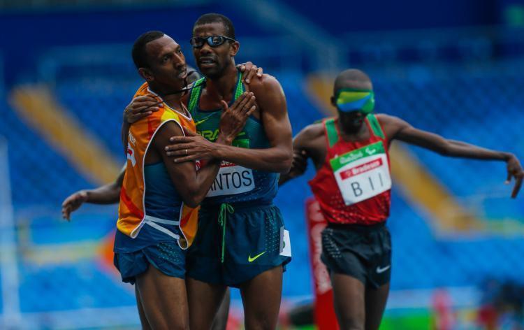 Odair Santos comemora com seu guia, a medalha de prata no Rio. (Foto: Marcelo Regua/MPIX/CPB)