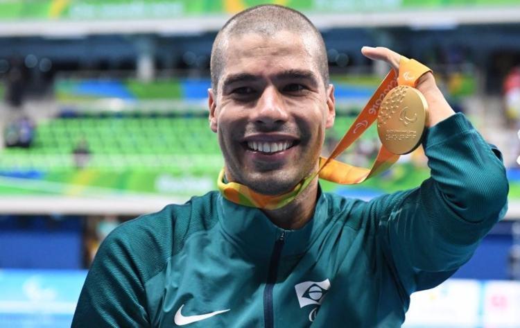 Daniel Dias exibe sua 20ª medalha Paralímpica (Foto: Rio 2016/Alexandre Vidal)