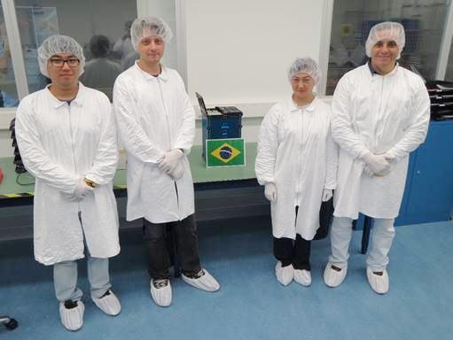 Foto da equipe ao lado do ITASAT já integrado e antes do fechamento do QuadPack pelos responsáveis da empresa ISL e finalização com sucesso da missão (da esquerda para direita: Daniel, Rafael, Lidia e Hélio)