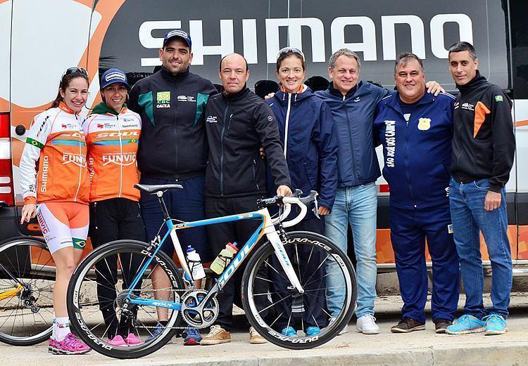 Ciclismo SJC - equipe, o secretário de Esportes Fernando Vales e o Silvério e Antônio Carlos Silvério, coordenador geral do Fadenp. (Foto: Luis Claudio Antunes/PortalR3)