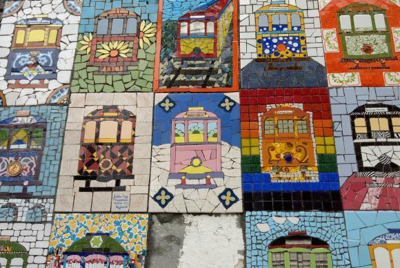 Bonde de Santa Teresa é homenageado em mosaicos por artistas no Rio