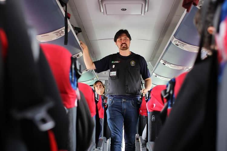 Passageiros de ônibus recebem orientações sobre o uso do cinto na via Dutra