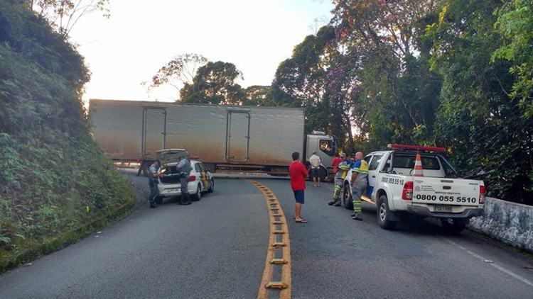 Caminhão interdita trecho de serra da rodovia Oswaldo Cruz