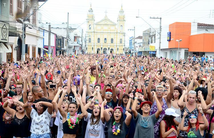 VÍDEO: Bloco das Dondocas abre o Carnaval Solidário 2017 em Pinda