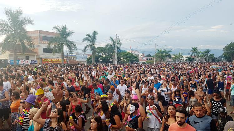 VÍDEO: Juca Teles arrasta milhares de foliões pelas ruas de Pinda