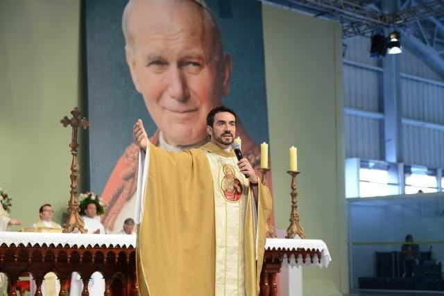 "Padre Fábio de Melo e Monsenhor Jonas Abib celebram missas na ""Festa da Misericórdia"""