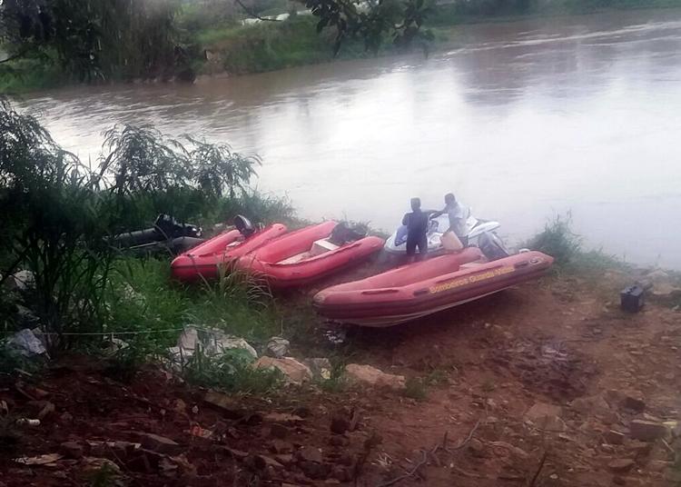 Bombeiros retomam busca por policial militar no rio Paraíba