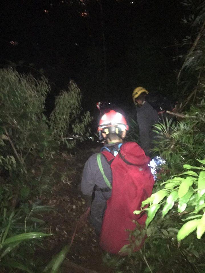 Os bombeiros iniciaram a operação de resgate por volta das 22h30 e passaram a madrugada na trilha.
